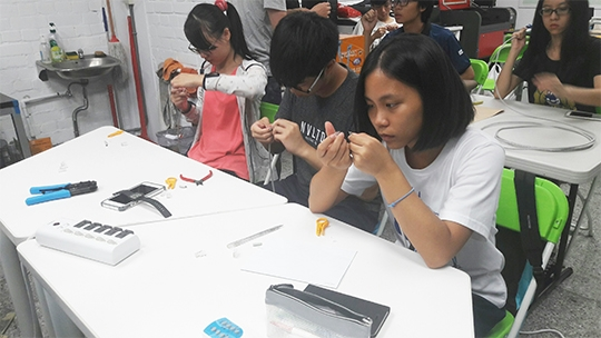 創客主題工作坊 教學生用焊接製作小鋼琴